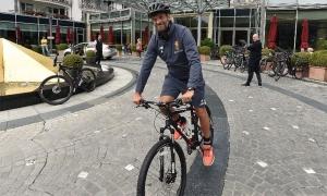 ภาพนักเตะลิเวอร์พูลปั่นจักรยานไปสนามซ้อม