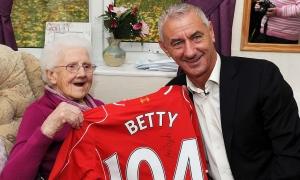 Ian Rush jumpa dengan fans LFC berusia 104 tahun